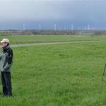 Peter Fischer vor Windradkulisse gen Simmern