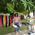 Iva Engels verteilt Kleiderspenden aus Deutschland