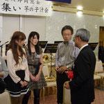 校長先生とDr.佐藤と歓談中の女子