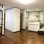 完成しました。床は無垢材。白と焦げ茶を基調としたモダンなお部屋となりました。