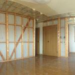 工事が始まりました。隣の部屋との壁を抜きます。