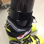 Skischuh mit Carbon-Schienbeindruckschutz-Orthese zur besseren Kraftübertragung