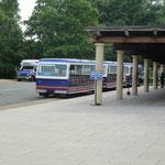 und ein Touri-Bus hats natürlich auch hier...