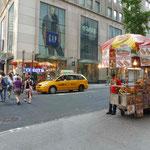 Ein Hot Dog Wagen steht an fast jeder Ecke...