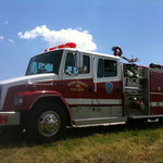 Sind sie nicht schön diese Feuerwehrfahrzeuge? Aber was macht das denn da?