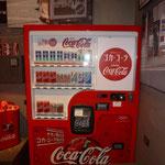 ein Alter Cola Automat. Damals war die Flasche noch für 5 Cents zu haben...