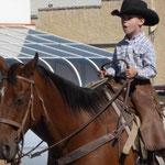Dieser Junge Cowboy hat alles im Griff...