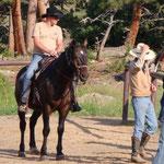 Pascal macht sich bereit für eine Tour mit dem Pferd...