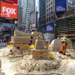Auf dem Times Square wird mit Sand gespielt...