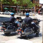 Zwei Motorradpolizisten drehen in der Sonne ihre Runden...