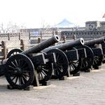 Cannoni di difesa sulle mura della città