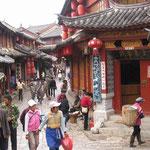 Lijiang vicolo con turisti