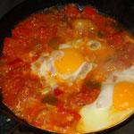 shakshuko, piatto di vegetali, spezie e uova