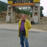 Beppe davanti al luogo di nascita di SongzangGampo, primo re del Tibet