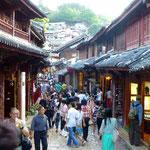Lijiang vicolo con turisti e negozi