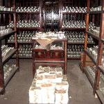 Caveau della banca con lingotti d'argento e prime banconote