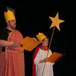 Als Sternsinger berichten Christa und Herbert Meyer (Katharina Utz und Florian Balzer) über die Ereignisse des vergangenen Jahres