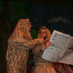 Unsere Narrenfiguren erfahren die neuesten Gerüchte über Dämonen im Taubergießen aus der Zeitung