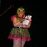 Christine Bühler berichtet singend über die Schwierigkeiten der Partnersuche einer Ü-30erin
