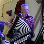 Klaus Hummel sorgt für die musikalische Unterhaltung durch den Abend