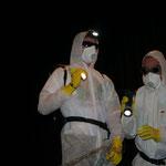 Der Sonderkommando baut den Strahlenschutzzaun ab