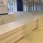 оформление интерьера банка - ресепшн, шкафы, лайтбокс с логотипом