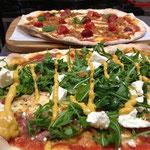 パルマハムとルッコラにいちじく味のマスタードをかけたピザ。