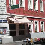 旧市街のマルクト広場の隅にあるCafé Knösel。