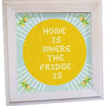 英語で「冷蔵庫がある場所がお家」と書かれた掛け絵。