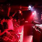 2012年12月にプレイした東京のクラブElevenにて。パーティーの盛り上がりが強く伝わる。