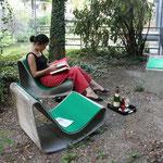 ドイツ人風に晴れている日はお庭でのんびり読書。