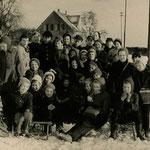 Volksschule Geisecke, 3. bis 5. Kasse beim Schlittenfahren im Januar 1958