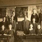 Lehrer Pingel mit dem Entlassungsjahrgang 1935 der kathl. Schule Geisecke