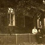 Lehrer Beckmann mit Familie vor der alten Schule