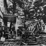 Die Terasse der Gaststätte Wellenbad nach der Möhnekatastrophe 1943