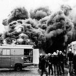 Löscharbeiten beim Brand des Reifenlagers in Geisecke, 1974
