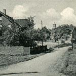 Der Schulberg in Geisecke mit Küppermann und der Schule von 1846 um 1940