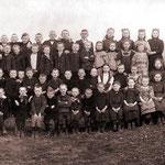 Die Schüler der katholischen Feldschule in Overberge mit dem Lehrer Wilms um 1905