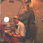 Der Türhebel als Kleiderbügel an Bord einer MD-83/Courtesy: ?