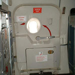 Vordere Servicetür einer MD-83 der Jetsgo im geschlossenen Zustand/Courtesy: flight attendant
