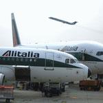 Eine MD-82 im Steigflug über einer Boeing 777 und Airbus A319/Courtesy: Alitalia