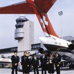 Swissair-Besatzung vor dem Leitwerk einer MD-81/Courtesy: Swissair