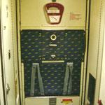 Flugbegleitersitze/hochgeklappt, an der Hecktür einer MD-87 der Iberia/Courtesy: md80design