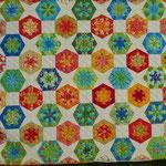 """Das Setting geföllt mir auch total gut, und es sieht modern aus. Aylin Star kombiniert mit Dresdenflowergarden, Kaleidoskopen und Quadraten = ein Hexagonquilt ohne """"Unwucht"""" drin!"""