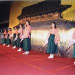 OSK日本歌劇団「桜咲く国」を披露
