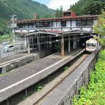立山駅 ここからケーブルカーに乗り換えます
