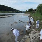 吉野川にて手を洗い身を清めます