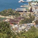 赤い社殿が厳島神社 大きな屋根が千畳閣