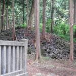 旧社地 山宮浅間 溶岩がきて上に樹が生えています