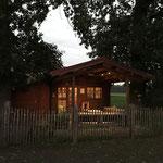 Unsere schöne Alpakahütte an der Wiese.